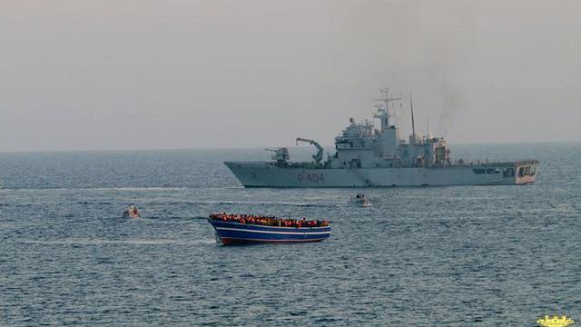Un bateau de la Marine italienne s'approche d'une embarcation en difficulté remplie de migrants, le 2 avril 2014 en Méditerranée [- / Marine italienne/AFP/Archives]