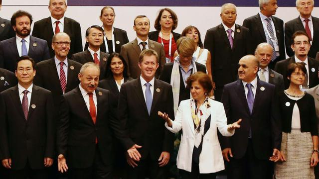 Le ministre turc du Travail Ahmet Erdem (2e g) entouré des ministres de l'Emploi et du Travail du G20, le 3 septembre 2015 à Ankara [ADEM ALTAN / AFP]