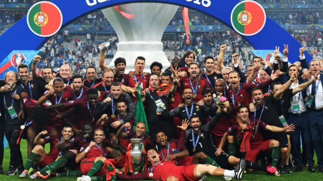 Les joueurs et personnels de l'équipe de football portugaise posent avec le trophée après avoir remporté la finale de l'Euro-2016, le 10 juillet 2016 au Stade de France, à Saint-Denis, près de Paris [PHILIPPE DESMAZES / AFP/Archives]
