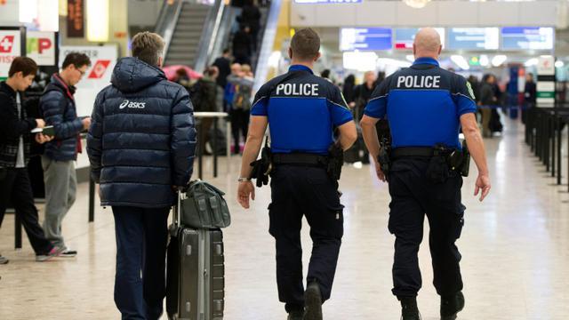 Les forces de sécurité patrouillent le 10 décembre 2015 à l'aéroport de Genève  [Richard Juilliart / AFP/Archives]