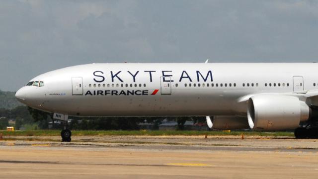 Un avion d'Air France, en provenance de l'île Maurice et à destination de Paris, sur l'aéroport Moi au Kenya le 20 décembre 2015 [- / AFP]