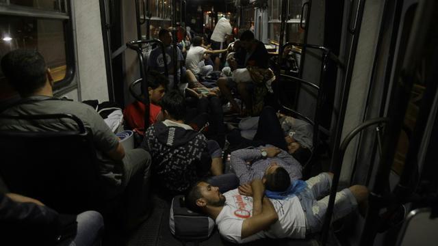 Des autobus remplis de migrants se dirigent depuis Budapest vers la frontière austro-hongroise à Hegyeshalom, tôt samedi 5 septembre 2015 [PETER KOHALMI / AFP]
