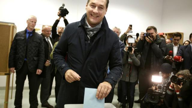 Le chef du parti de la liberté (FPOe) Heinz-Christian Strache vote à Vienne le 11 octobre 2015 [DIETER NAGL / AFP]