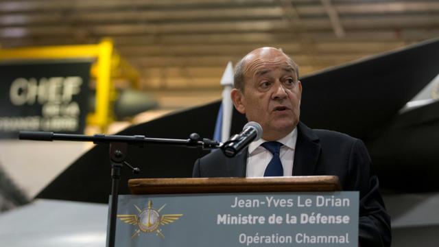 Le ministre de la Défense Jean-Yves Le Drian s'adresse à l'équipage du porte-avions Charles de Gaulle, le 31 décembre 2015 à Manama [KENZO TRIBOUILLARD / POOL/AFP]