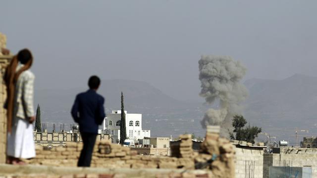 De la fumée s'élève au-dessus de bâtiments lors de frappes aériennes de la coalition arabe, le 16 septembre 2015 à Sanaa [MOHAMMED HUWAIS / AFP]