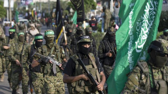 Des membres des brigades Ezzedine al-Qassam, la branche armée du Hamas, lors d'un défilé militaire contre Israël, le 25 juillet 2017 à Gaza [MAHMUD HAMS / AFP]