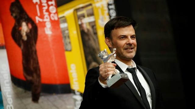 Le réalisateur français François Ozon a reçu le Prix du jury du festival de Berlin pour son film «Grâce de Dieu», le 16 février 2019 [Odd ANDERSEN / AFP/Archives]