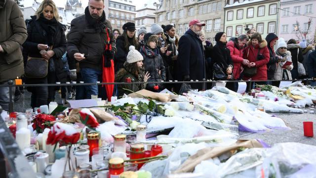 Des bougies et des fleurs sont déposées sur un mémorial en hommage aux victimes de l'attentat de Strasbourg sur la place Kléber, le 16 décembre 2018 [SEBASTIEN BOZON / AFP]