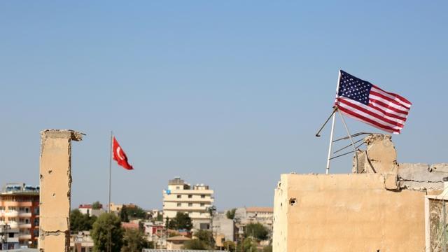 Des drapeaux turc et américain flottent le 17 septembre 2016 au-dessus du village syrien de Tal Abyad, à l'extrême nord du pays près de la frontière turque [DELIL SOULEIMAN / AFP/Archives]