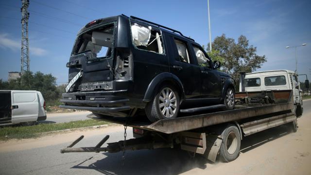 Photo d'une des voitures du convoi du Premier ministre palestinien Rami Hamdallah, victime d'une explosion à son entrée dans la bande de Gaza, le 13 mars 2018 [MOHAMMED ABED / AFP]