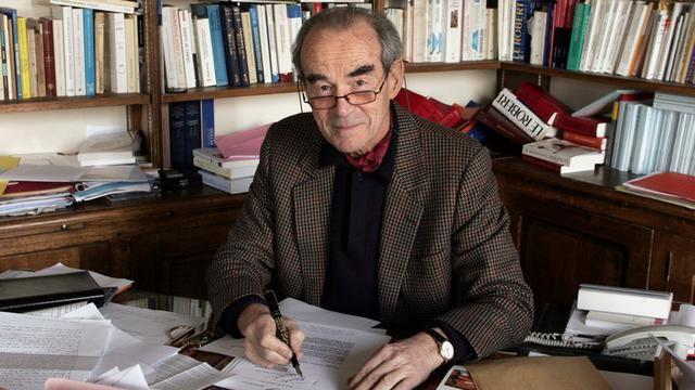 Robert Badinter, à son bureau, en février 2006 [Catherine Gugelmann / AFP/Archives]