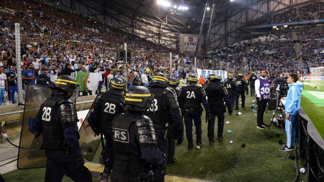 Les CRS déployés devant l'un des virages du Stade Vélodrome après des jets de projectiles, lors d'OM-OL, le 20 septembre 2015 à Marseille [FRANCK PENNANT / AFP]