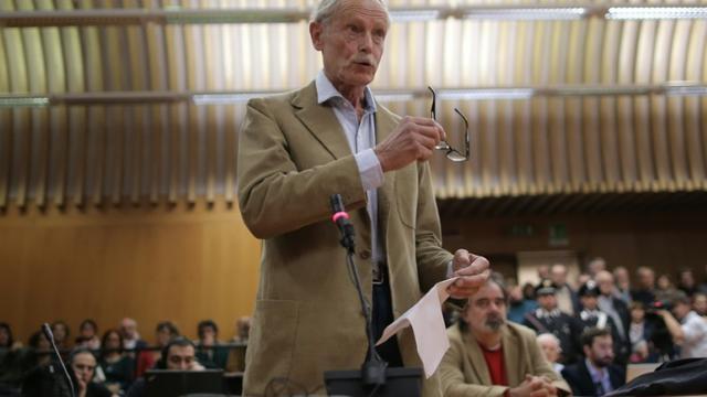"""L'écrivain italien Erri de Luca, contre qui le parquet a requis huit mois de prison ferme pour """"incitation au sabotage"""" du chantier du tunnel Lyon-Turin, fait une déclaration le 19 octobre 2015 devant le tribunal de Turin  [MARCO BERTORELLO / AFP]"""