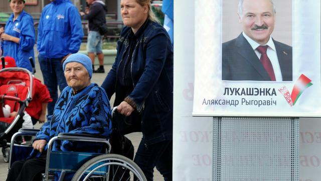 Le portrait du président  Alexandre Loukachenko le 10 septembre 2015 dans une rue de Minsk [SERGEI GAPON / AFP]