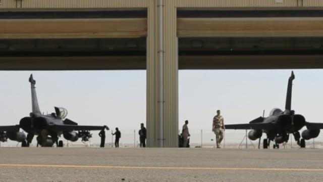 Un Rafale de l'armée française sur le tarmac d'une base militaire dans le Golfe, le 17 novembre 2015 [KARIM SAHIB / AFP]