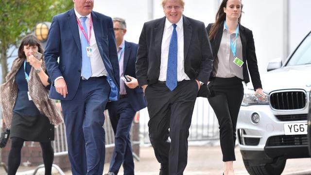 L'homme politique conservateur britannique Boris Johnson (C) arrive à l'hôtel du centre où se tient le congrès des Tories à Birmingham, le 2 octobre 2018 [Ben STANSALL / AFP]