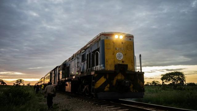 """Le """"train de la liberté"""" approche de la ville de Cowdray Park près de Bulawayo au Zimbabwe, le 26 janvier 2019 [Zinyange Auntony / AFP]"""