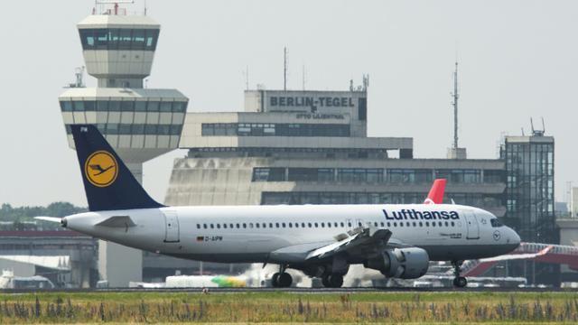 Un avion de la Lufthansa le 25 juin 2015 à l'aéroport Tegel à Berlin [JOHN MACDOUGALL / AFP]