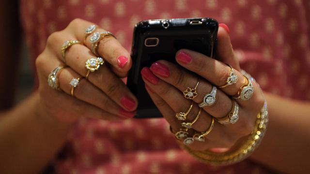 Des mains de femmes couvertes de bijoux [Sam Panthaky / AFP/Archives]