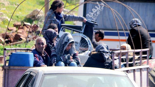 Des civils jetés sur les routes après avoir fui la ville d'Afrine, dans le nord-ouest de la Syrie, cible d'une offensive turque, le 12 mars 2018 [STRINGER / AFP]