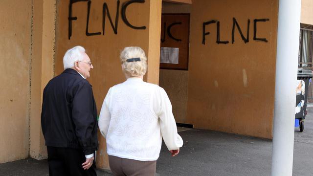 Des Corses arrivent à un bureau de vote taggé par le FLNC à Bastia le 30 mars 2014 [Pascal Pochard-Casabianca / AFP/Archives]