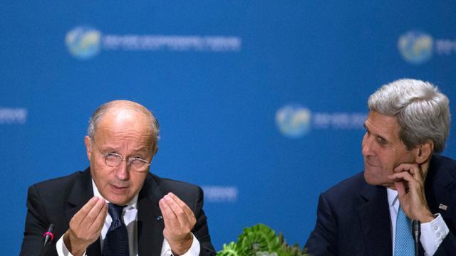 Le ministre des Affaires étrangères Laurent Fabius s'adresse à son homologue américain John Kerry lors d'un sommet sur le climat le 29 septembre 2015 à New York [KENA BETANCUR / AFP/Archives]