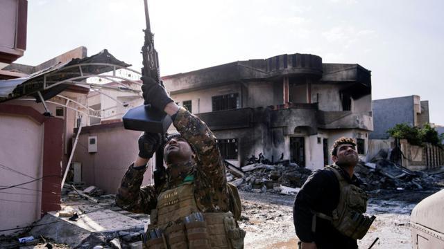 Un soldat irakien des forces spéciales vise un drone de l'EI dans le ciel, dans les environs de Mossoul, le 8 janvier 2017 [Dimitar DILKOFF / AFP]