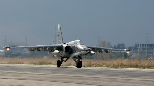 Un avion de combat russe (Sukhoi) atterrit sur la base aérienne de Lattaquié en Syrie, le 16 décembre 2015 [PAUL GYPTEAU / AFP/Archives]
