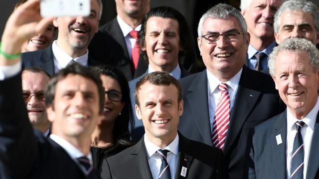 Le président Emmanuel Macron et le co-président de Paris 2024, Tony Estanguet (g, derrière), le 15 mai 2017 à l'Elyse [STEPHANE DE SAKUTIN / AFP]