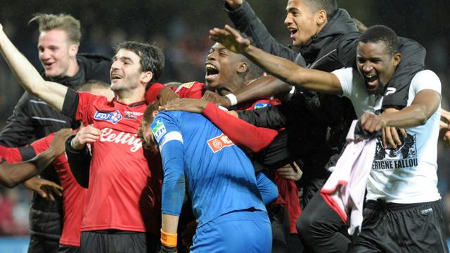 La joie des joueurs de Guingamp qualifiés pour les quarts de finale de la Coupe de la Ligue après avoir éliminé Nice, le 15 décembre 2015 au Roudourou [FRED TANNEAU / AFP]
