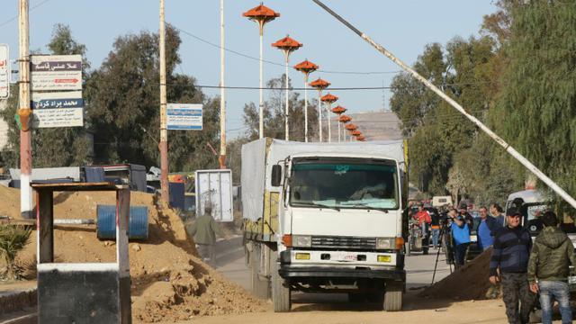 Un premier convoi d'aide humanitaire se prépare à entrer  dans la ville rebelle assiégée de Mouadamiyat al-Cham près de Damas, le 17 février 2016 [LOUAI BESHARA / AFP]