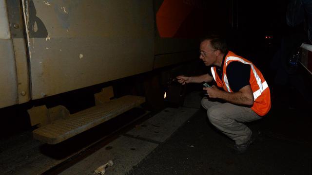 Photo d'archives d'un employé de la SNCF travaillant sur un TER, après un accident dans le sud-ouest de la France le 17 juillet 2014 [Mehdi Fedouach / AFP/Archives]