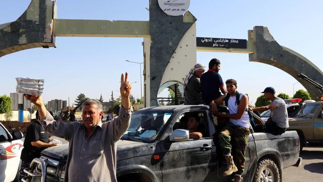 Des combattants islamistes de Fajr Libya montent la garde à l'entrée de l'aéroport de Tripoli le 24 août 2014 [Mahmud Turkia / AFP/Archives]