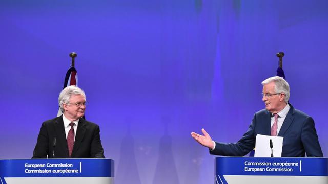 Le ministre britannique chargé du Brexit David Davis et le négociateur en chef de l'UE Michel Barnier à Bruxelles, le 19 mars 2018 [EMMANUEL DUNAND / AFP]