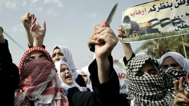 Des étudiants palestiniens brandissent des couteaux lors d'une manifestation le 18 octobre 2015 à Khan Yunis [SAID KHATIB / AFP]