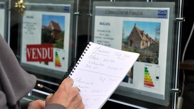 Des annonces affichées sur la vitrine d'une agence immobilière le 30 janvier 2012 à Lille [Philippe Huguen / AFP/Archives]