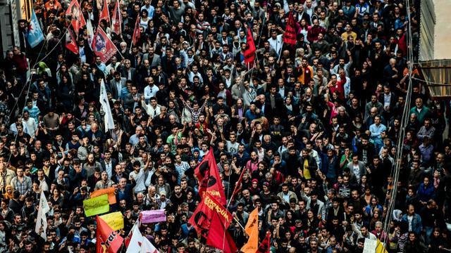 Des milliers de manifestants défilent le 10 octobre 2015 à Istanbul après le pire attentat meurtrier commis en Turquie  [OZAN KOSE / AFP]