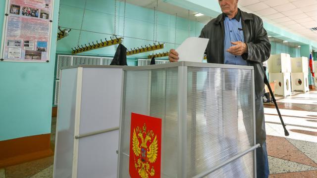 Un homme vote aux élections régionales, le 13 septembre 2015 à Kostroma, en Russie [DMITRY SEREBRYAKOV / AFP]
