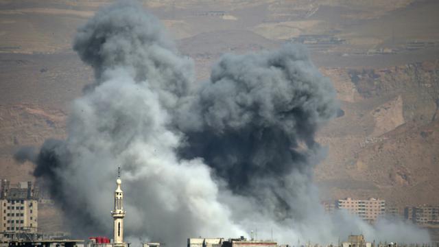 De la fumée s'élève après un bombardement du régime au-dessus de la ville sous contrôle rebelle d'Arbine, dans la Ghouta orientale, près de Damas, le 11 mars 2018 [Amer ALMOHIBANY / AFP]