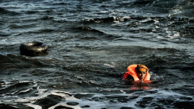 Un homme nage depuis la Turquie pour rejoindre l'île grecque de Lesbos, le 8 novembre 2015  [ARIS MESSINIS / AFP/Archives]