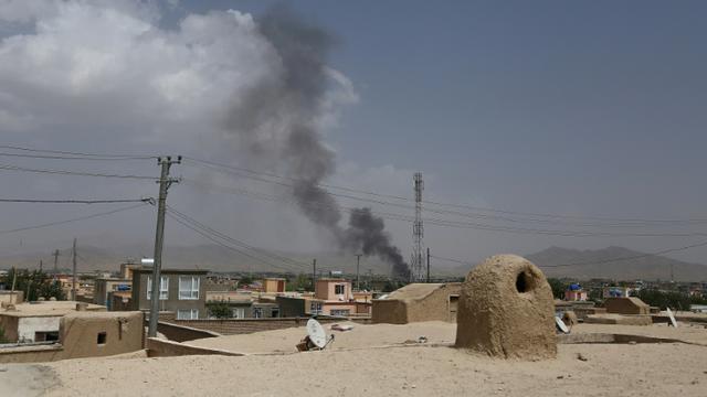 De la fumée au-dessus de la ville de Ghazni attaquée par les talibans, le 10 août 2018 en Afghanistan [ZAKERIA HASHIMI / AFP]