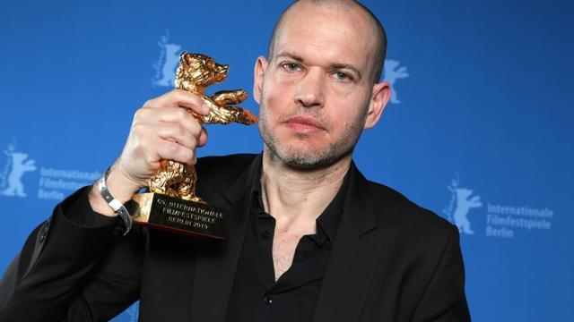 Le réalisateur israélien Nadav Lapid pose avec son Ours d'or du meilleur film lors de la cérémonie de remise des prix à la 69e édition de la Berlinale le 16 février 2019 à Berlin [Christoph Soeder / dpa/AFP]