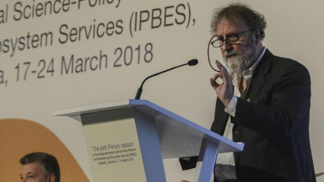 Le président de l'IPBES, Robert Watson, écouté par le président colombien Juan Emmanuel Santos, lors de son discours d'ouverture le 17 mars 2018 à Medellin [Joaquin SARMIENTO / AFP]