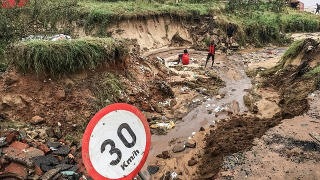 Une route partiellement détruite par les fortes précipitations liées au passage du cylone Kenneth, le 28 avril 2019 à Pemba, dans le nord du Mozambique [STRINGER / AFP]