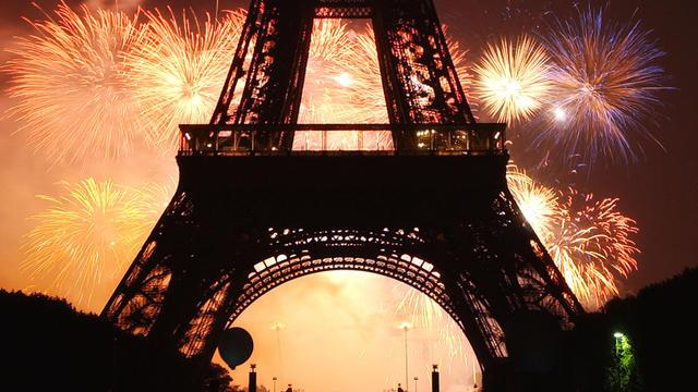 La Tour Eiffel, lors d'un feu d'artifice tiré depuis le Trocadéro.