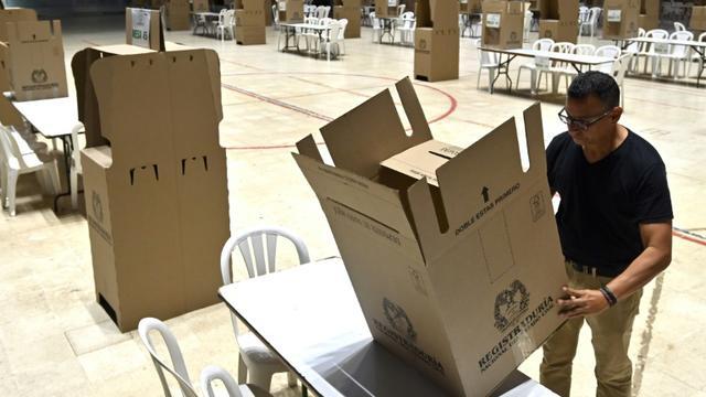 Mise en place d'un bureau de vote à Cali, le 26 octobre 2019, pour les élections locales le lendemain en Colombie. [Luis ROBAYO / AFP]