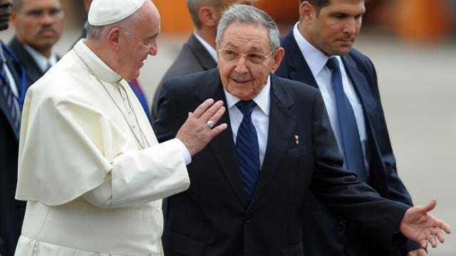 Le pape François est accueilli par le président Raul Castro à l'aéroport de La Havane, le 19 septembre 2015 [YAMIL LAGE / AFP]