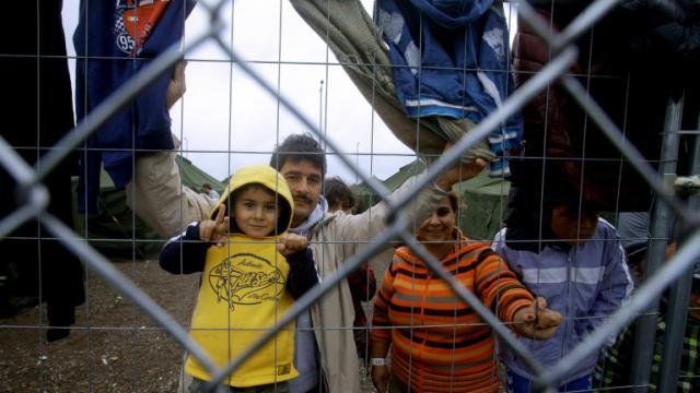 Une famille de migrants dans un camp à la frontière entre la Hongrie et la Serbie, près de Röszke, le 11 septembre 2015 [Peter Kohalmi / AFP/Archives]