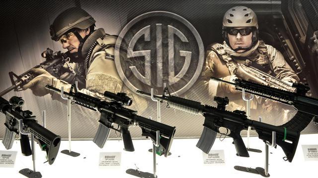 Des armes sont exposées lors d'un salon de l'armement à Londres, le 10 septembre 2013 [Ben Stansall / AFP]