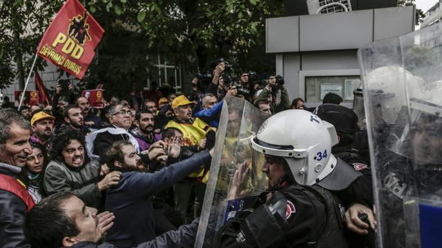 Manifestants et policiers anti-émeutes s'affrontent à Istanbul le 13 octobre 2015 lors d'un rassemblement pour dénoncer le double attentat du 10 octobre 2015 [YASIN AKGUL / AFP]